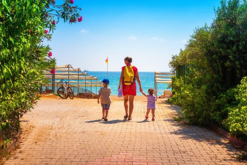 La familia va a la playa del mar fotografía de archivo libre de regalías