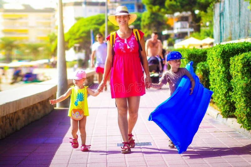 La familia va a la playa del mar durante vacaciones de verano fotos de archivo libres de regalías
