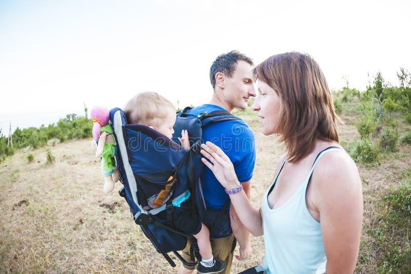 La familia viaja con el niño foto de archivo libre de regalías