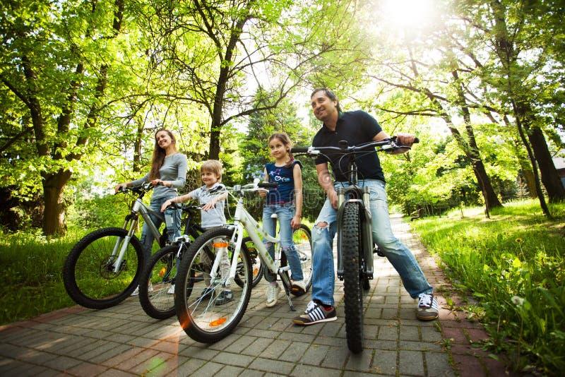 la famille amicale est sur un pique-nique biking photographie stock libre de droits