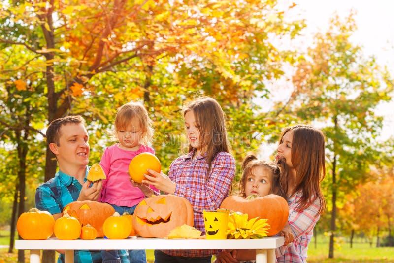 La famille avec trois enfants se préparent à Halloween image stock