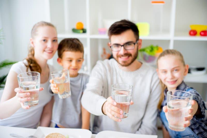 La famille boit l'eau image libre de droits