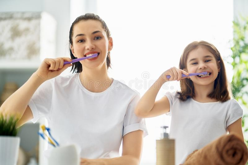 La famille brossent des dents photos stock