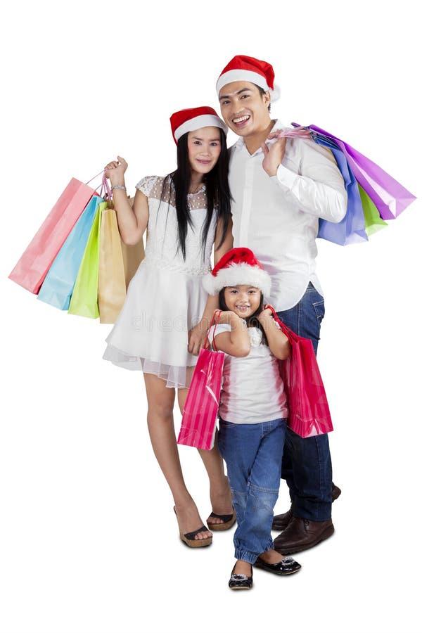 La famille célèbrent Noël avec des achats photographie stock libre de droits