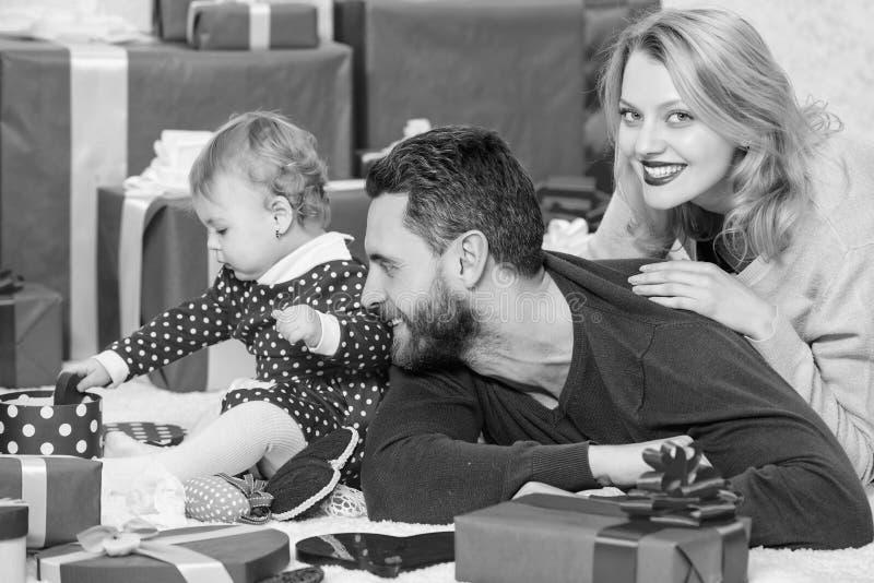 La famille c?l?brent l'anniversaire Rose rouge La belle famille c?l?brent le jour de valentines Parents heureux Couples dans l'am photo libre de droits