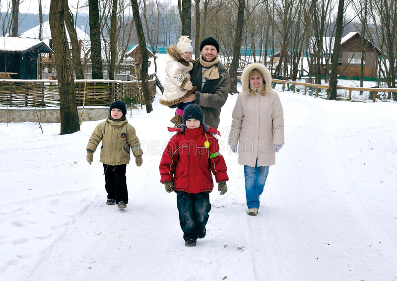 la famille cinq heureuse ont la promenade de togeather de gens images libres de droits