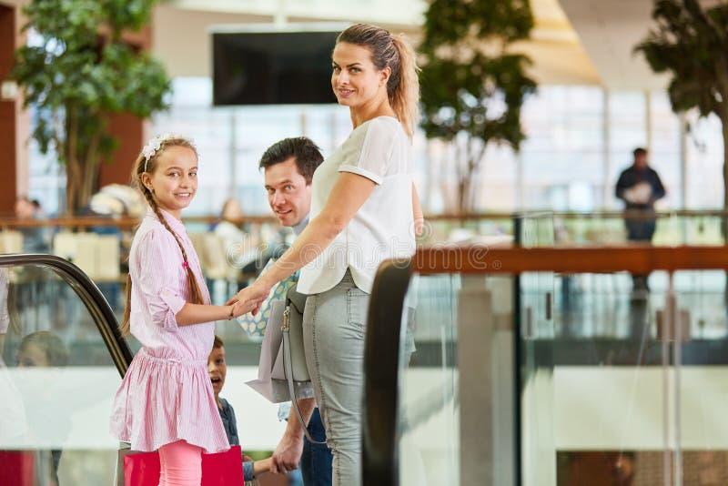 La famille conduit l'escalator dans le centre commercial photos libres de droits