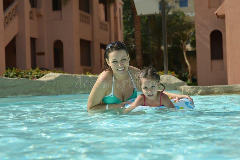 La famille détendent dans la piscine image libre de droits