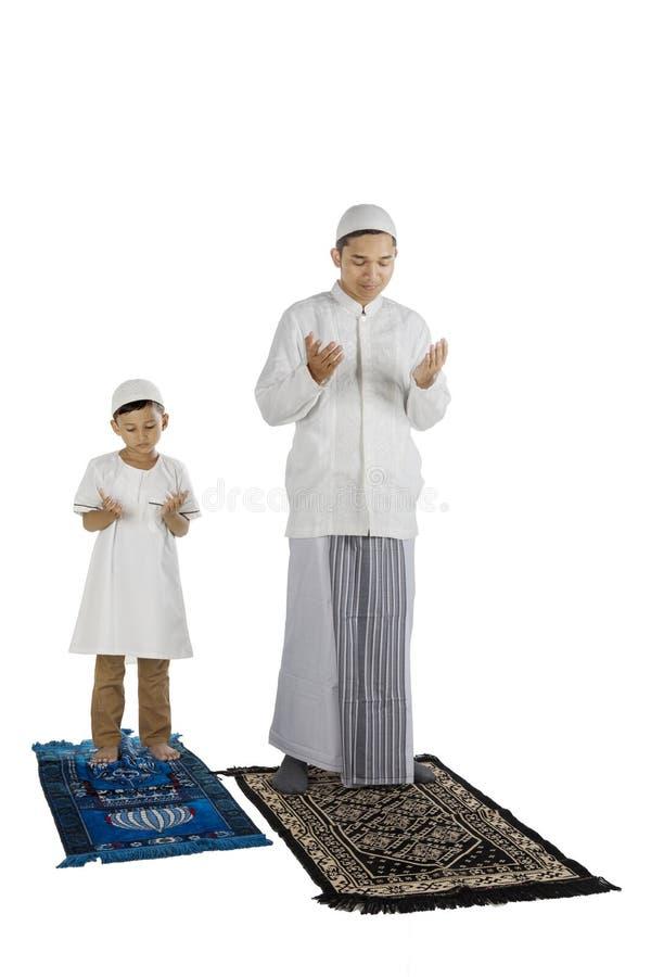 La famille dévotte prie à l'Allah photos stock