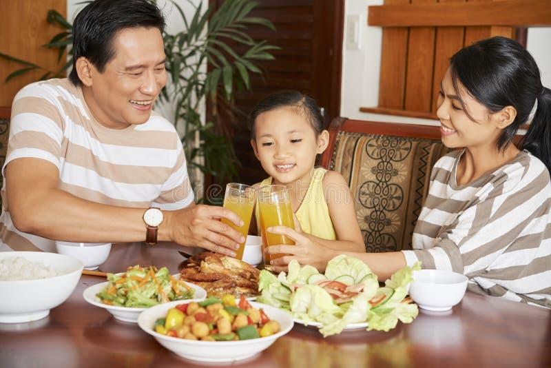 La famille dînent à la maison photo libre de droits