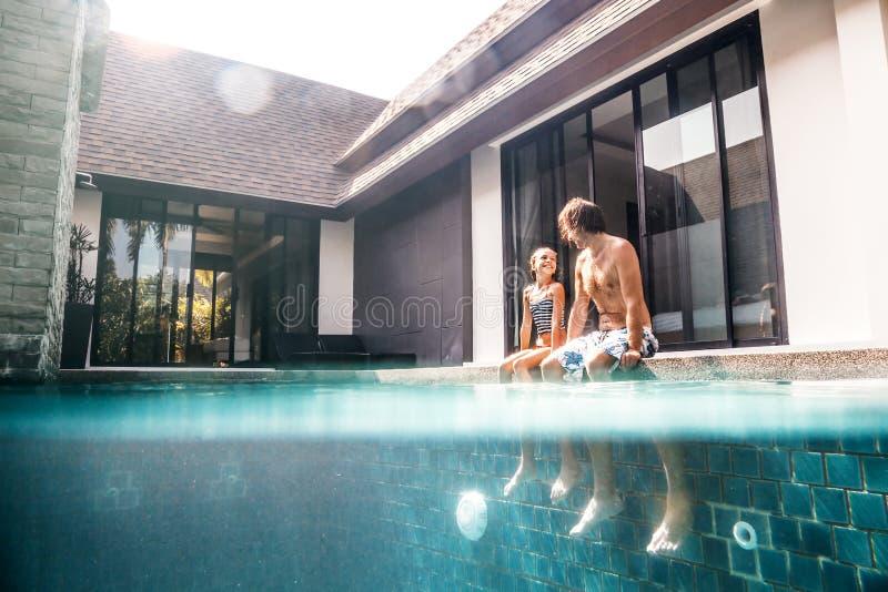 La famille dans la piscine, s'est dédoublée sous l'eau image libre de droits