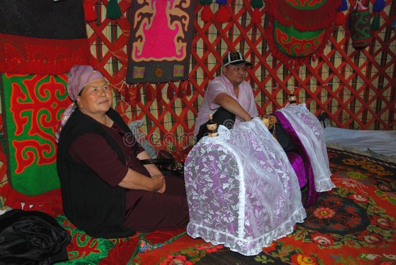 La famille dans la tente près du berceau des enfants image stock