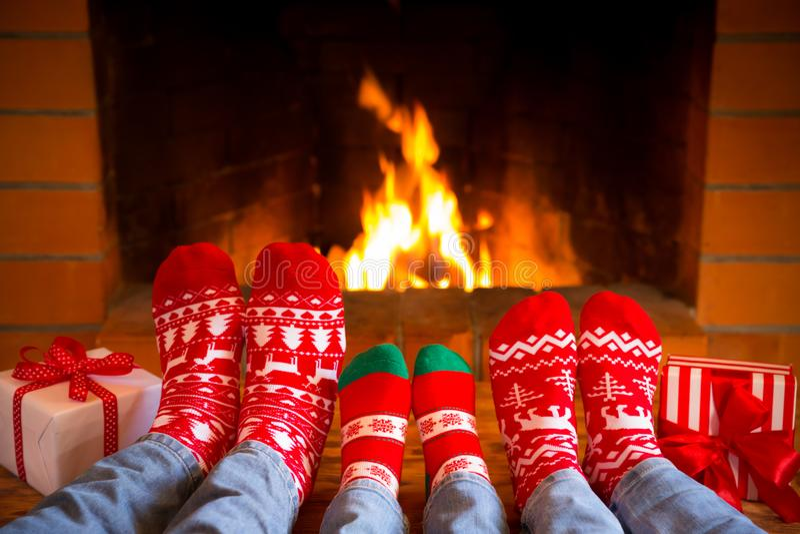 La famille dans Noël cogne près de la cheminée photo libre de droits