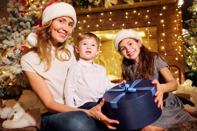 La famille donne des présents dans une chambre le jour de Noël photos libres de droits