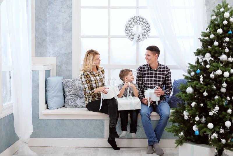 La famille du père et de la mère rencontrent la nouvelle année à la maison photographie stock