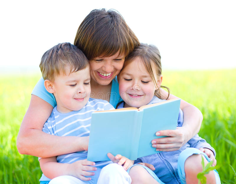 La famille est livre de lecture images libres de droits