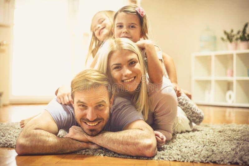 La famille est tout au sujet de l'équilibre image libre de droits