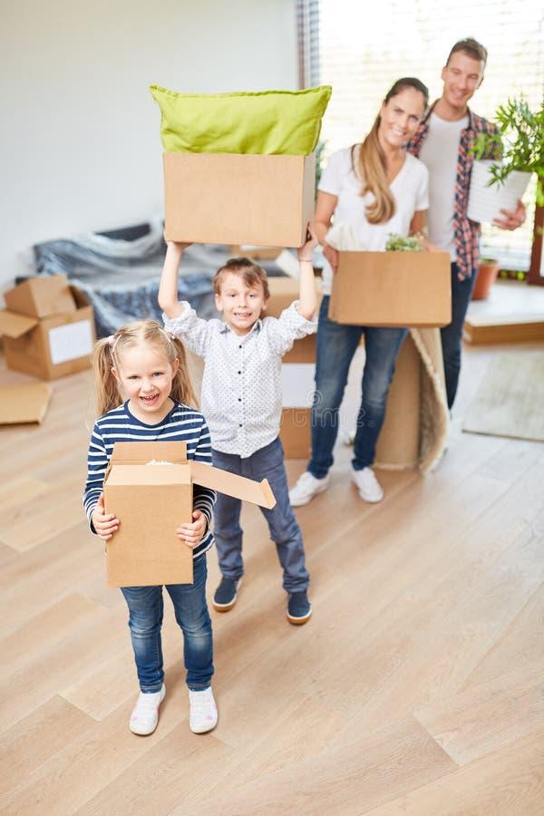 La famille et les enfants apprécient le mouvement photographie stock