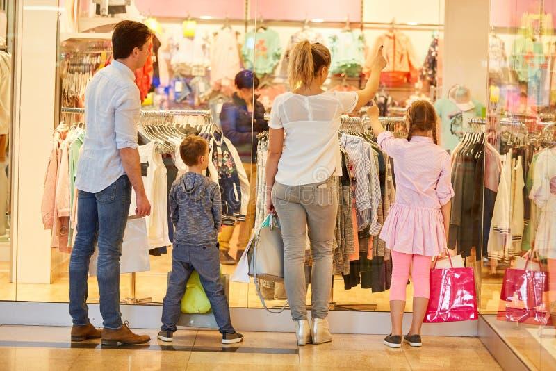 La famille et les enfants entrent dans des affaires de mode photos libres de droits