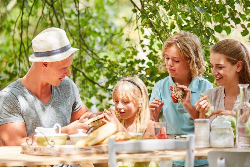 La famille et les enfants prennent le petit déjeuner ensemble images libres de droits
