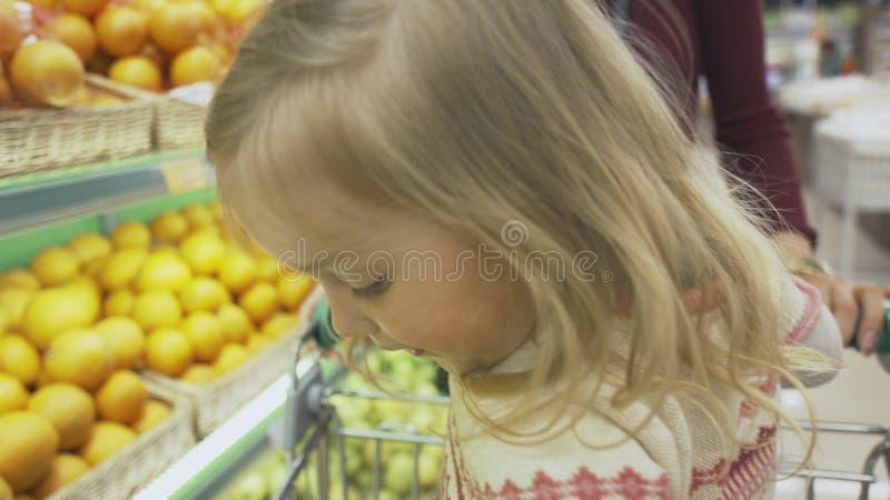 La famille fait des achats dans le supermarché photo libre de droits