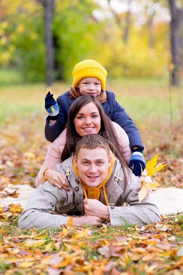 La famille feignent le parc d'automne de pyramide images stock