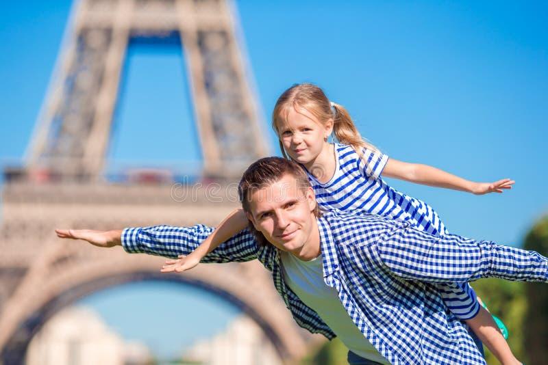 La famille heureuse à Paris près de Tour Eiffel pendant le Français d'été vacation photos libres de droits