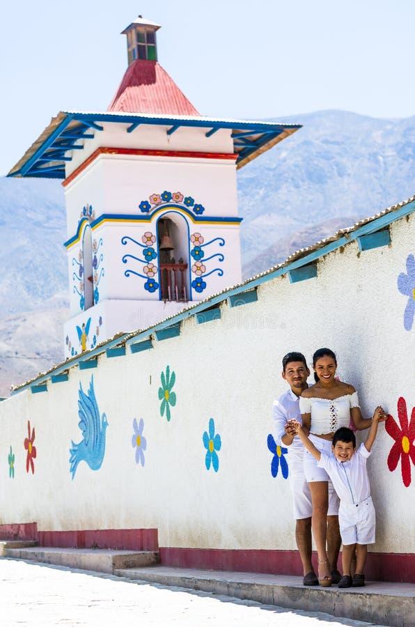 La famille heureuse au bord de l'église d'Antioquia a placé dans la ville avec le même nom au nord de Lima photographie stock