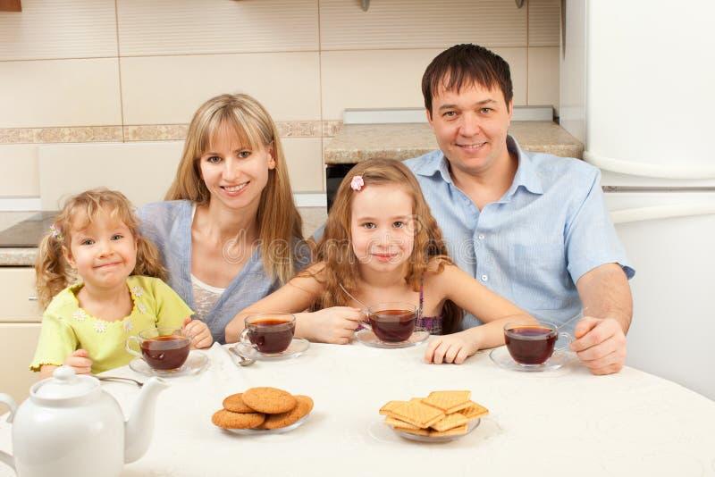 La famille heureuse boit du thé images libres de droits
