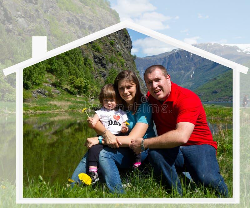 La famille heureuse passe le temps ensemble sur la nature photos libres de droits
