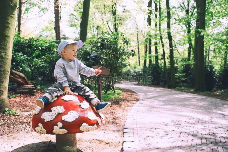 La famille a l'amusement au parc d'attractions Efteling, Pays-Bas photographie stock libre de droits