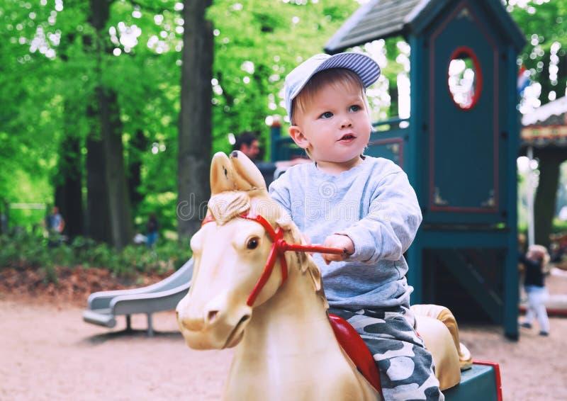 La famille a l'amusement au parc d'attractions Efteling, Pays-Bas image stock
