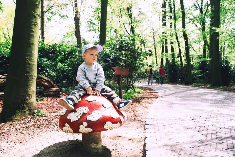 La famille a l'amusement au parc d'attractions Efteling, Pays-Bas photos stock