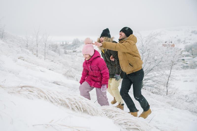 La famille monte la colline et l'amusement de avoir images libres de droits