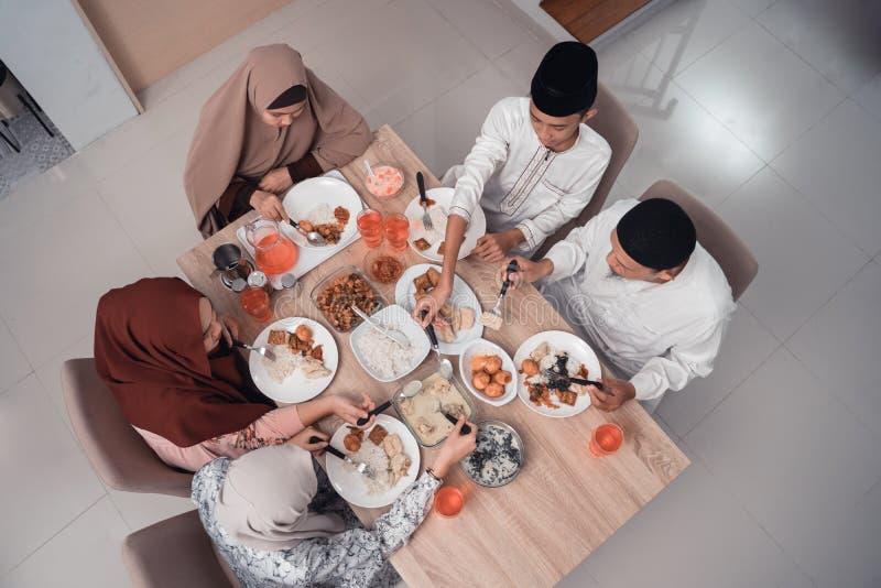 La famille musulmane de vue sup?rieure appr?cient le d?ner iftar de repas photos stock