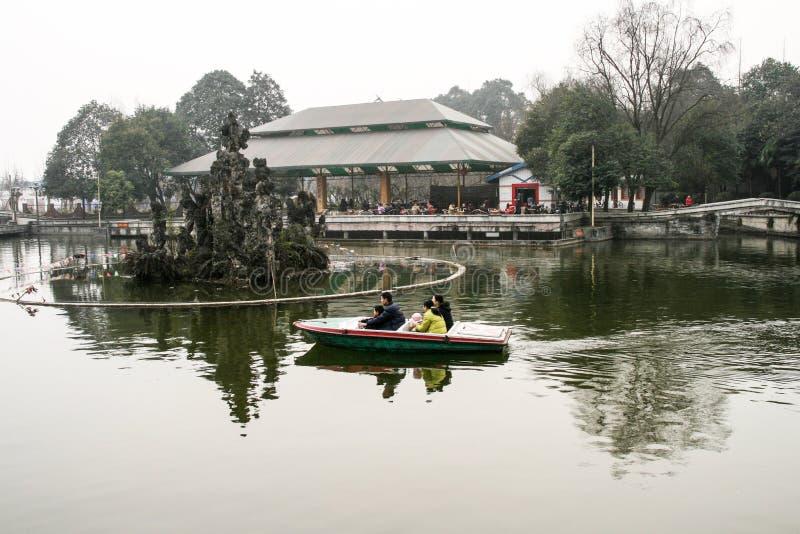 La famille ramant un bateau en parc de chengfei, Chengdu, porcelaine photo libre de droits