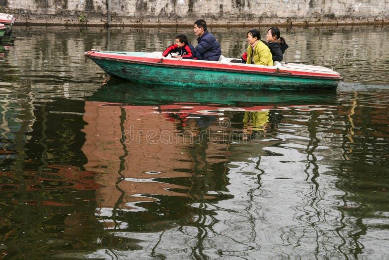 La famille ramant un bateau en parc de chengfei, Chengdu, porcelaine photographie stock libre de droits