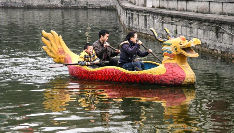La famille ramant un bateau en parc de chengfei, Chengdu, porcelaine images libres de droits