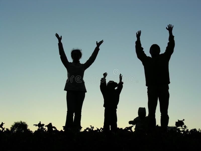 La famille remet vers le haut de la silhouette image libre de droits