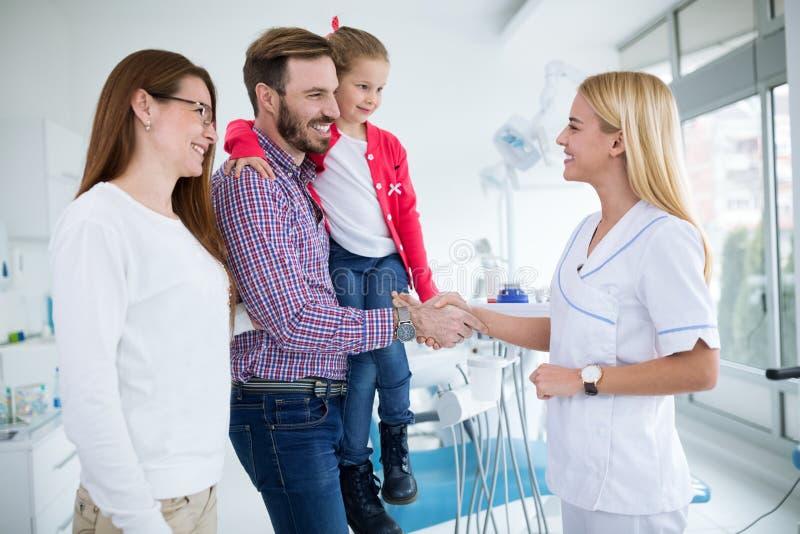 La famille rend visite au dentiste dans le bureau dentaire photo libre de droits