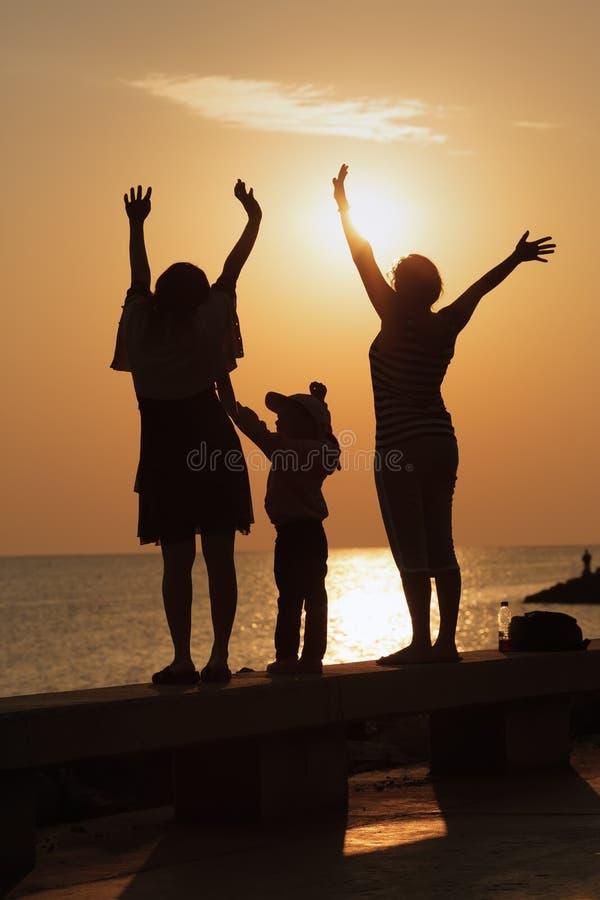 La famille salue l'aube image libre de droits