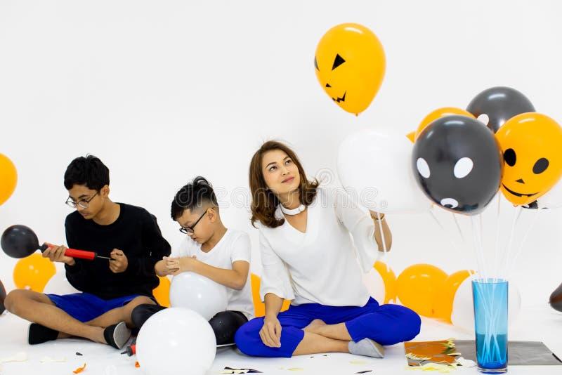 La famille se joignent ensemble pour préparer le ballon de fantaisie pour la partie Concentré photographie stock