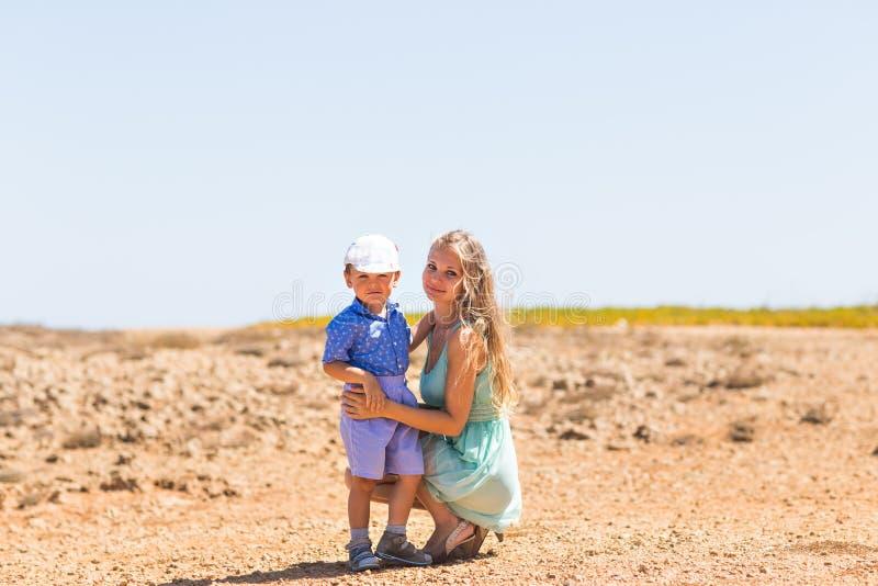 La famille se reposant sur la mer et ont l'amusement un jour ensoleillé lumineux photographie stock