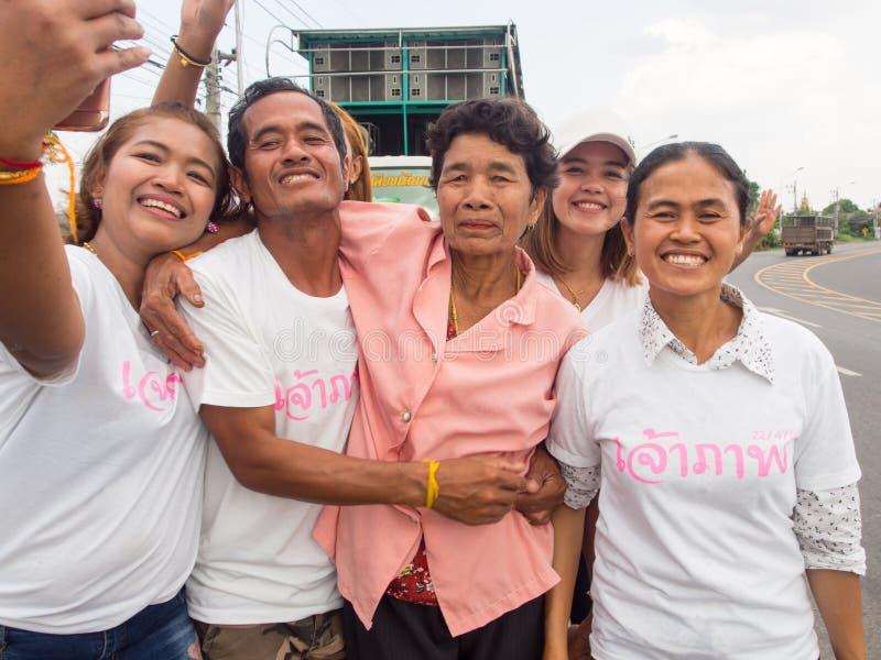 La famille Selfie, les personnes locales participent sur le chemin au temple photos stock