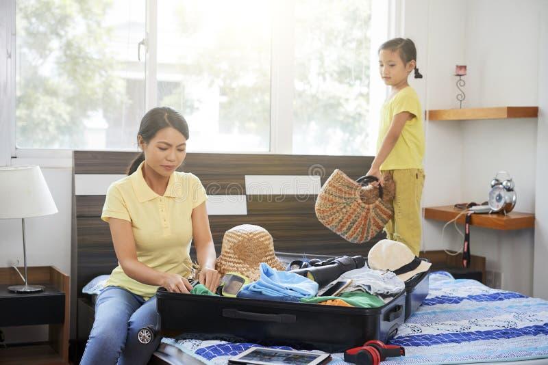 La famille va aux vacances images libres de droits