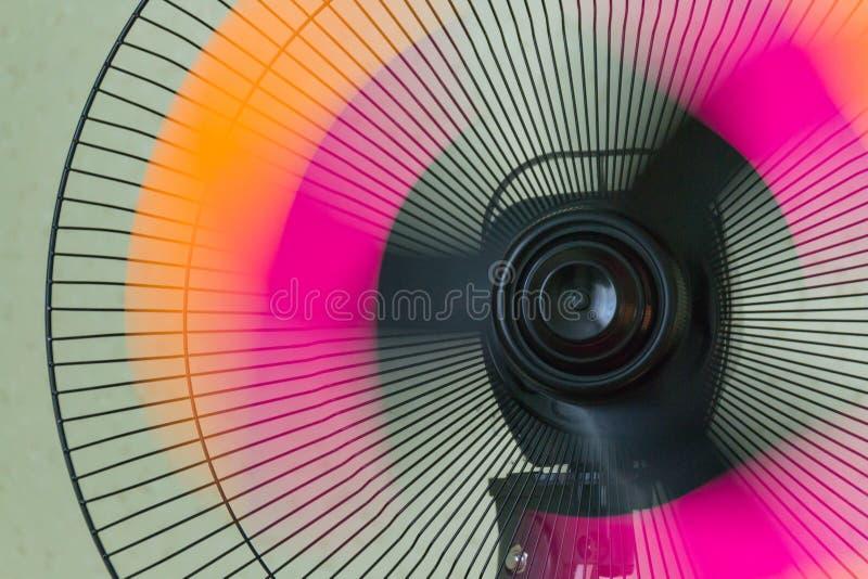 La fan du support Rétro fan de cuivre Ventilateur électrique de cru Fan en métal pupitre Ventilateurs photos libres de droits