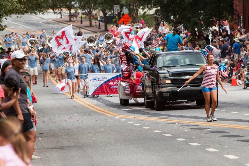La fanfare et la majorette de lycée exécutent dans le défilé de vétérans photographie stock