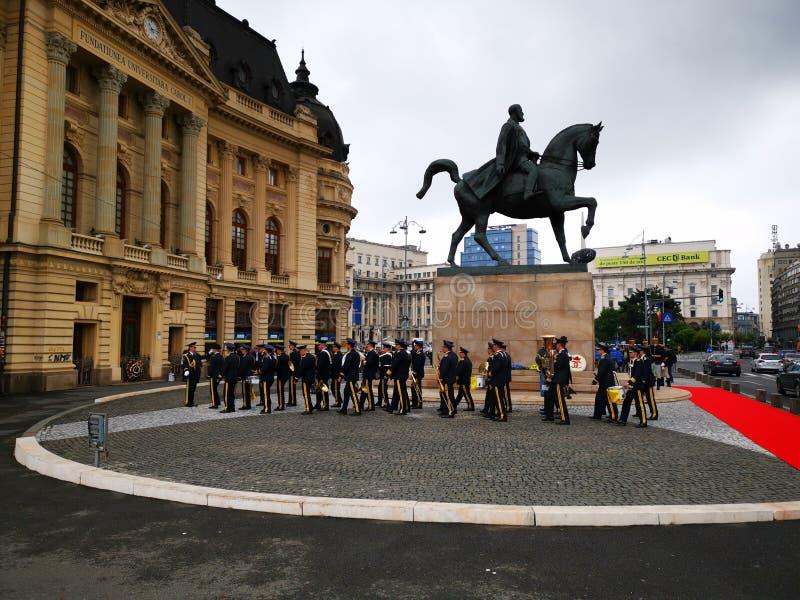 La fanfarria militar se está preparando para la ceremonia en la estatua ecuestre del villancico I fotografía de archivo libre de regalías