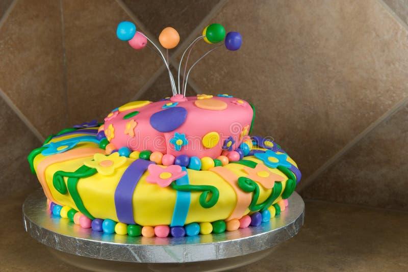 La fantaisie a décoré le gâteau d'anniversaire photo libre de droits