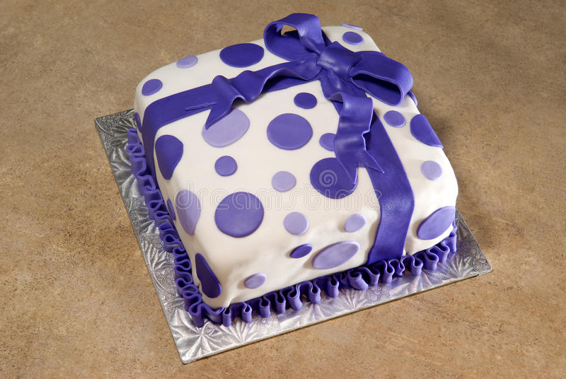 La fantaisie a décoré le gâteau d'anniversaire photographie stock libre de droits